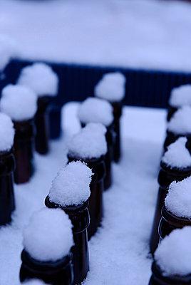 Bierflaschen mit Schneehaube - p260m758362 von Frank Dan Hofacker