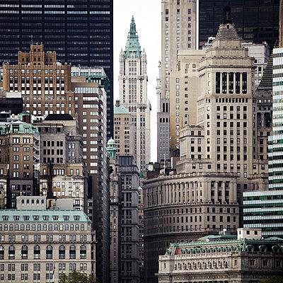 Straßenschlucht in New York - p415m2122086 von Tanja Luther