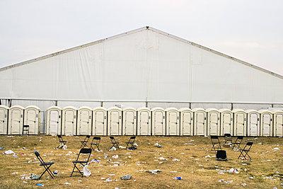 Row of portable toilets - p836m1539974 von Benjamin Rondel