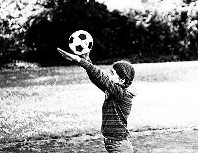 Mädchen mit Fußball - p979m1557841 von Martin Kosa