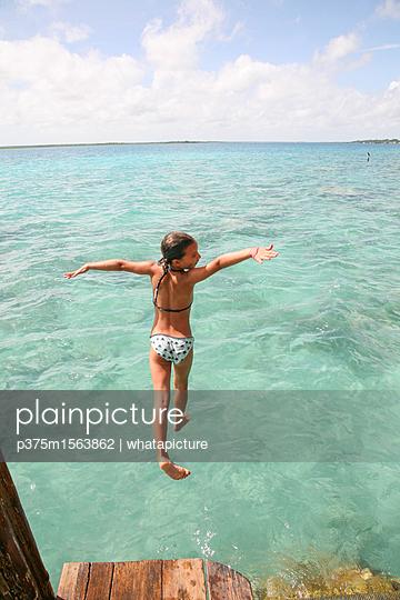 plainpicture - plainpicture p375m1563862 - Girl jumping into water