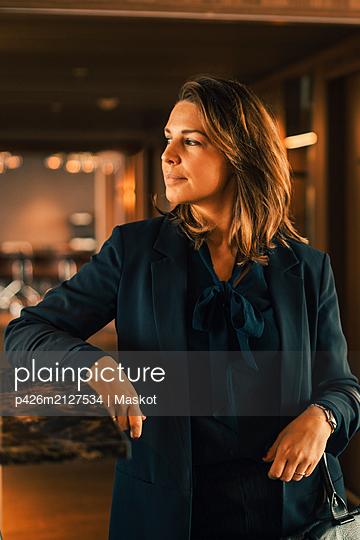 plainpicture - plainpicture p426m2127534 - Thoughtful confident mid ad... - DEEPOL by plainpicture