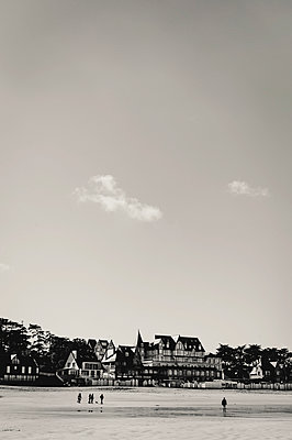 France, Brittany, Saint Cast, People on the beach - p1150m2260466 by Elise Ortiou Campion