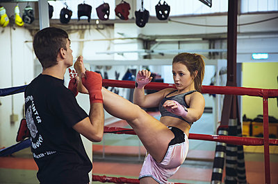 Female martial artist sparring with coach - p300m2059955 by Frank Röder