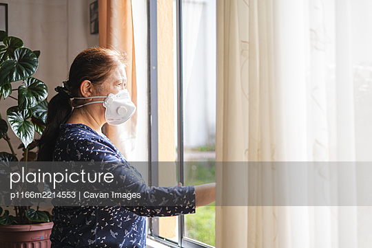 Woman in home during quarantine - p1166m2214553 by Cavan Images