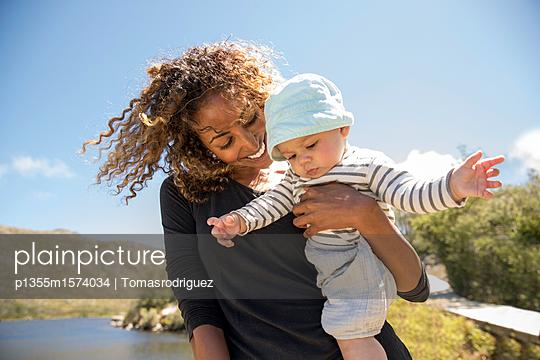 Porträt Babysitter und Baby - p1355m1574034 von Tomasrodriguez