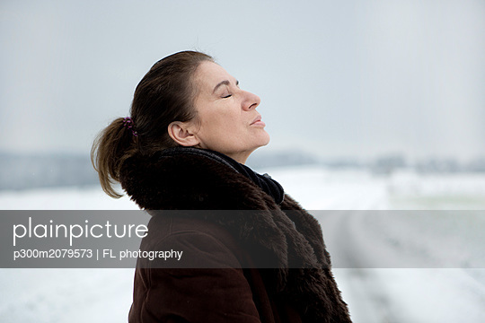 Portrait of mature woman in winter - p300m2079573 by FL photography
