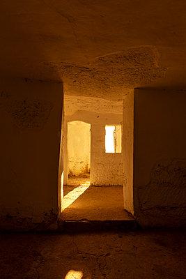 Blick in eine Höhlenwohnung - p248m2107561 von BY