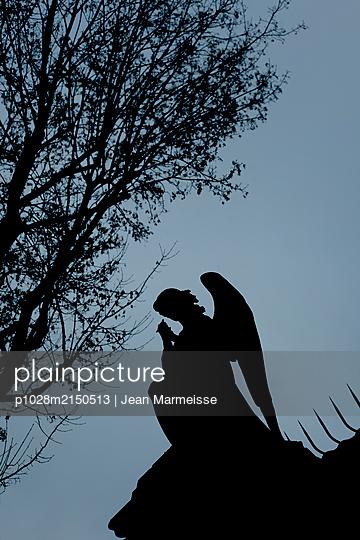 Praying angel, Pere Lachaise, Paris - p1028m2150513 von Jean Marmeisse