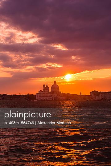 Sonnenuntergang über Salute-Kirche, Venedig - p1493m1584746 von Alexander Mertsch