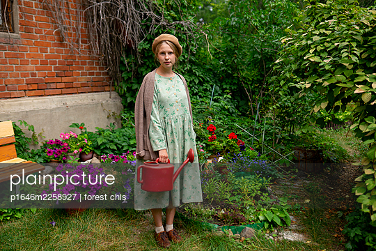 Young woman with watering can in the garden, portrait - p1646m2258927 by Slava Chistyakov