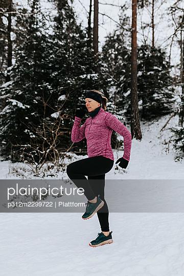 Woman exercising at winter - p312m2299722 by Plattform