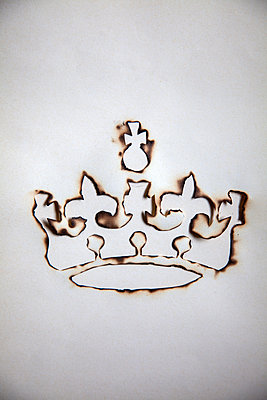 Burnt paper, silhouette of crown - p1248m2278951 by miguel sobreira