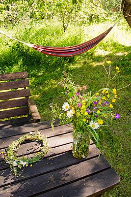 Mitsommer, Blumen und Hängematte - p1418m1572439 von Jan Håkan Dahlström