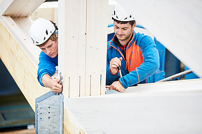 Austria, workers fixing roof construction - p300m1567837 by Christian Vorhofer