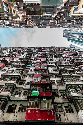 Hong Kong, Quarry Bay, apartment blocks contrasting with modern skyscraper - p300m2069341 by Daniel Waschnig Photography
