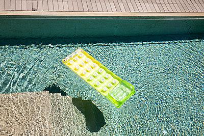 Luftmatratze im Pool - p898m2185521 von Julia Blank