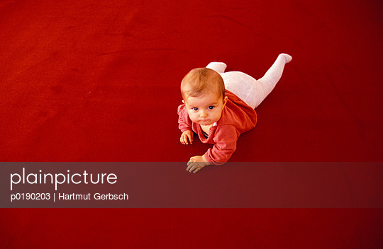 Crawling child - p0190203 by Hartmut Gerbsch