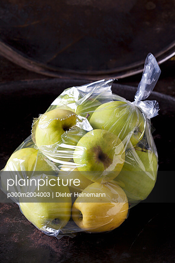 Plastic bag of Golden Delicious - p300m2004003 von Dieter Heinemann