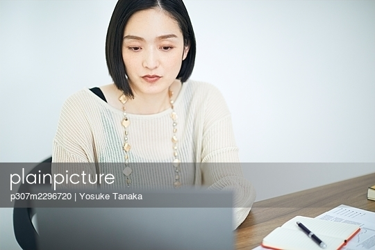 Japanese woman working in the office - p307m2296720 by Yosuke Tanaka