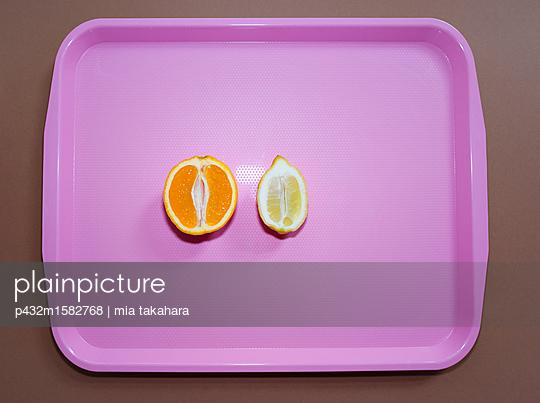 Aufgeschnittene Zitrone und Orange - p432m1582768 von mia takahara