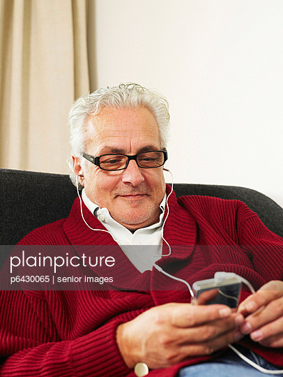 Älterer Mann hört Musik  - p6430065 von senior images