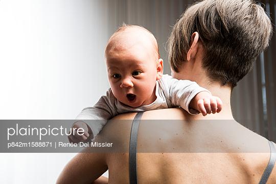 Mutter und neugeborenes Baby - p842m1588871 von Renée Del Missier