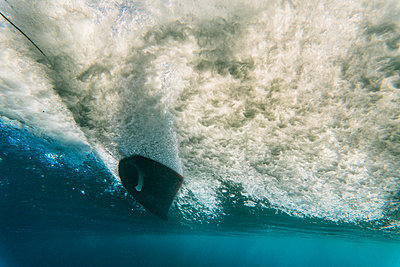 Underwater view of wave and surfer - p343m1446849 by Sergio Villalba