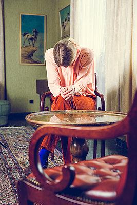 Blonde Frau am Fenster - p904m1133664 von Stefanie Päffgen