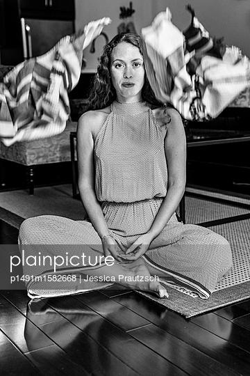Frau auf Boden sitzend - p1491m1582668 von Jessica Prautzsch
