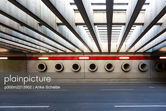 Germany, Berlin, Asphalt road at BerlinTegelAirport - p300m2213902 by Anke Scheibe