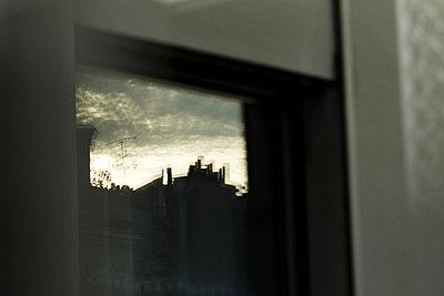 Spiegelung auf der Fensterscheibe - p1041m865590 von Franckaparis