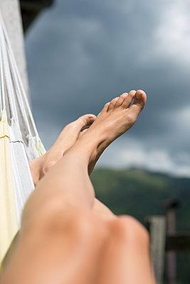 Nackte Beine in Hängematte - p1509m2030923 von Romy Rolletschke