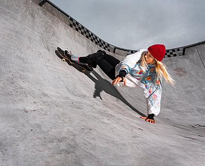 Germany, Baden-Wurttemberg, Waiblingen, Young woman skateboarding in skate park - p300m2155810 by Stefan Schurr
