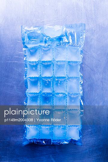 Ice cubes - p1149m2004938 by Yvonne Röder