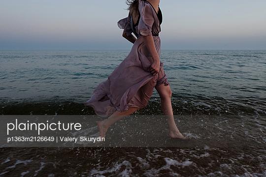 Woman running on beach  - p1363m2126649 by Valery Skurydin