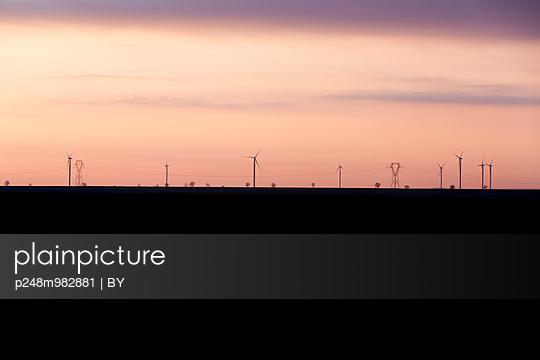 Windräder bei Sonnenaufgang - p248m982881 von BY