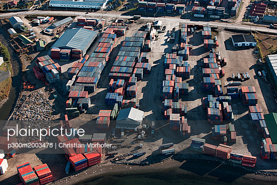 Argentinia, Tierra del Fuego, shipping containers at harbour Ushuaia - p300m2003478 von Christian Vorhofer