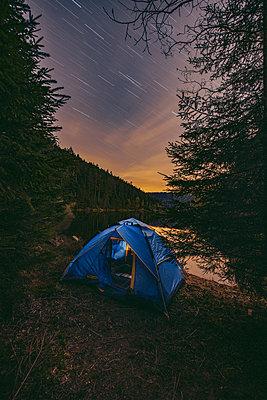 Zelten an einem Bergsee im Schwarzwald - p1455m2203751 von Ingmar Wein