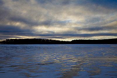 Dünne Schneeschicht auf einem vereisten Waldsee - p235m1215192 by KuS