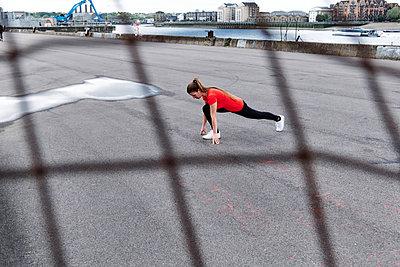 Female athlete exercising on promenade - p300m2287157 by Angel Santana Garcia