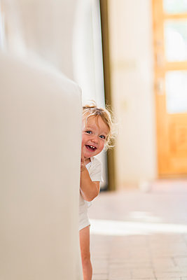 Caucasian baby boy playing hide and seek - p555m1420806 by Marc Romanelli