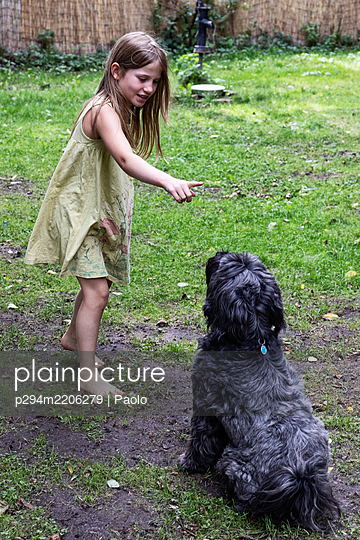 Girl drilling her dog - p294m2206279 by Paolo
