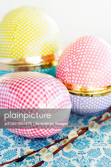 plainpicture | Photo library for authentic images - plainpicture p312m1551575 - Easter-themed egg-shaped bo... - plainpicture/Johner/Scandinav Images