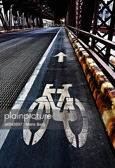 Bicycle Lane on Bridge, Chicago, Illinois, USA - p6943597 by Måns Berg