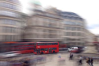 Roter Bus - p1496m1584864 von Johannes Pfahler