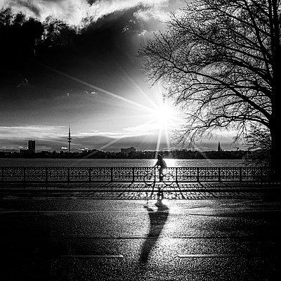 Frau auf einer Brücke - p1696m2294480 von Alexander Schönberg