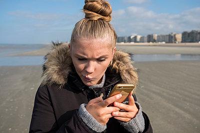 Frau am Strand - p229m2022027 von Martin Langer