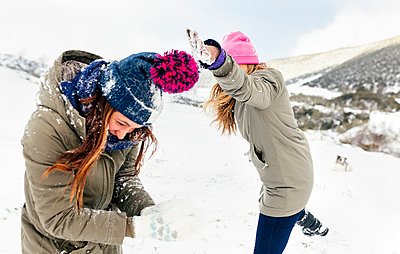 Friens having a snowball fight in the snow - p300m1356255 by Marco Govel