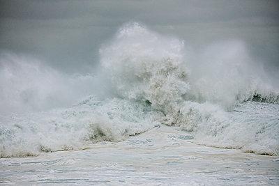 Brechende Wellen am Strand von Nazaré - p719m2081938 von Rudi Sebastian